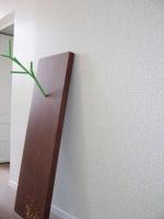"""(""""Jardin"""", papier peint, 7 x 4 m. Devant : """"Pinocchio"""", Delphine Coindet, 2004)"""